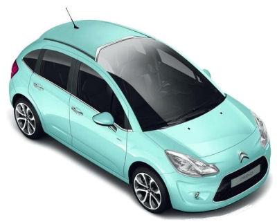 Présentation de la nouvelle génération de Citroën C3. Des formes moins arrondies pour un air de famille avec la CItroën DS3, tout en gardant l'essence du précédent modèle. Citroën innove sur ce modèle en proposant un toît panoramique qui remonte loin au-dessus de la tête du conducteur, dégageant sa visibilité vers l'avant. .